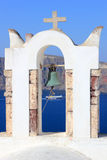 Église orthodoxe grecque avec le ferry-boat dans Santorini Image libre de droits