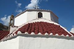 Église orthodoxe grecque avec le toit de tuile rouge Photographie stock