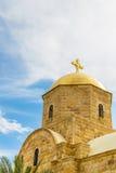 Église orthodoxe moderne chez Jordan River Photographie stock libre de droits