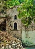 Église orthodoxe mystérieuse au milieu de forêt, Samos, Greec Images stock