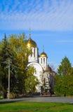 Église orthodoxe parmi tourner les arbres jaunes Photographie stock
