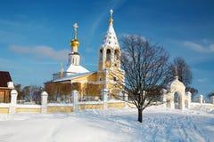 Église orthodoxe russe pendant l'hiver Photos libres de droits