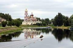 Église orthodoxe russe sur le côté d'un fleuve photos libres de droits