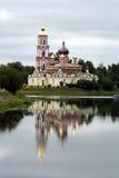 Église orthodoxe russe sur le côté d'un fleuve photo stock