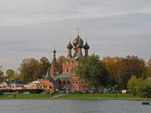 Église orthodoxe sur la banque d'un étang à Moscou en automne tôt images stock