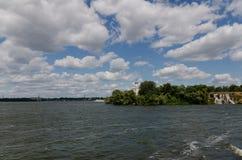 Église orthodoxe sur une île de rivière avec une cascade et un bateau à voile Photo libre de droits