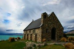 Église par le lac Image libre de droits