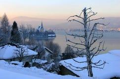 Église par le lac Photographie stock libre de droits
