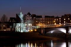 Église par River la nuit Photos libres de droits