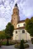 Église paroissiale avec la tour Photo stock