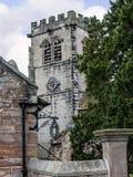 Église paroissiale et école de St Mary's dans Alderley bas Cheshire photographie stock libre de droits