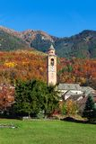 Église paroissiale et montagnes automnales sur le fond Images libres de droits