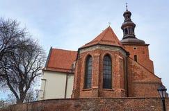 Église paroissiale gothique derrière le mur Images libres de droits