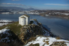 Église près de barrage de Pchelina Photo stock