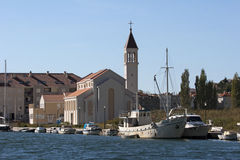 Église près de la rivière Cetina dans Omis Photographie stock