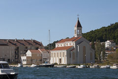 Église près de la rivière Cetina dans Omis Photographie stock libre de droits
