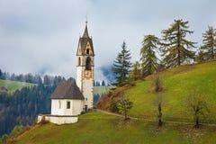 Église romantique en brouillard en La Valle - Wengen photo libre de droits