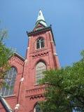 Église rouge avec Steeple vert Photos stock