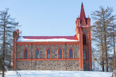Église rouge dans l'horaire d'hiver Photos libres de droits