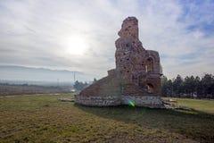 Église rouge - grande basilique chrétienne bizantine tôt romaine en retard partiellement préservée près de ville de Perushtitsa,  photographie stock libre de droits
