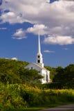 Église rurale de la Nouvelle Angleterre en automne tôt Image libre de droits