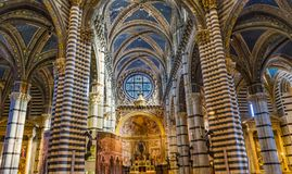 Église Siena Italy de Nave Rose Window Stained Glass Cathedral d'autel de voûtes de basilique photographie stock