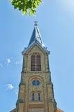 Église Steeple contre le ciel Photo stock