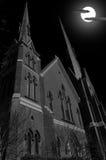 Église Steeples pendant la pleine lune une nuit foncée Image stock