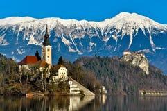 Église sur l'île dans le lac avec le paysage de montagne Photo stock
