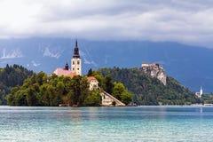 Église sur l'île dans le lac saigné Photographie stock