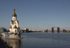 Église sur l'eau photographie stock libre de droits