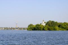 Église sur la banque de la rivière Images libres de droits