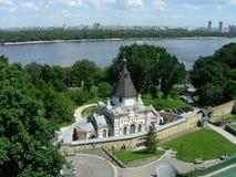Église sur la côte de Dniepr Photo stock