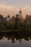 Église sur la région de Nerl Tver de rivière Images libres de droits