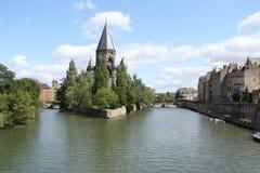 Église sur la rivière image stock