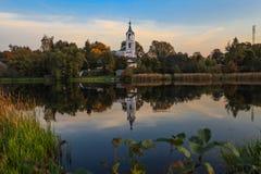 Église sur la rivière Nerl Photographie stock