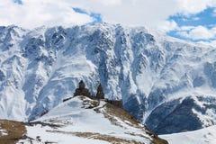 Église sur la vue d'hiver de montagne Photographie stock libre de droits