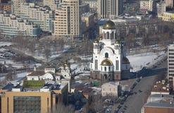 Église sur la vue de primevère farineuse de sang Vue d'un gratte-ciel, Vysotsky Ekaterinburg Russie Photographie stock