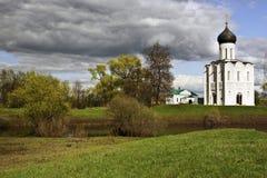 Église sur le fleuve de Nerl Images libres de droits