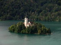 Église sur le lac saigné Image stock