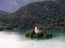 Église sur le lac saigné Photo stock