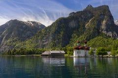 Église sur un lac 3 Photos libres de droits