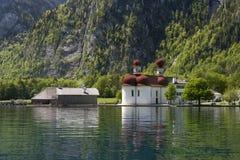 Église sur un lac Images libres de droits