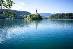 Église sur une île dans saigné, la Slovénie Photos libres de droits