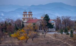 Église sur une colline en montagnes orientales de l'Albanie image stock