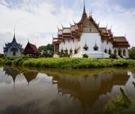 Église thaïe avec le miroir Image stock