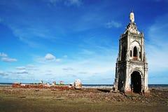Église tombée sur la plage Image stock