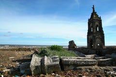 Église tombée sur la plage photographie stock libre de droits