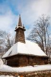 Église traditionnelle de bois de construction couverte dans la neige Images stock