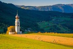 Église traditionnelle du Tyrol dans les collines des dolomites sur le fond rural de montagne images libres de droits
